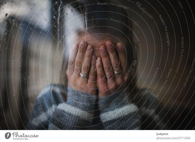 Frustration Mensch feminin Junge Frau Jugendliche Erwachsene Hand 13-18 Jahre 18-30 Jahre Fenster Ring weinen dunkel trist Gefühle Traurigkeit Sorge Trauer Tod