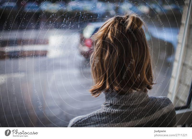 Denk nicht so viel nach Wohnung Mensch feminin Junge Frau Jugendliche Erwachsene Haare & Frisuren 13-18 Jahre 18-30 Jahre Denken kalt trist Stadt Gefühle