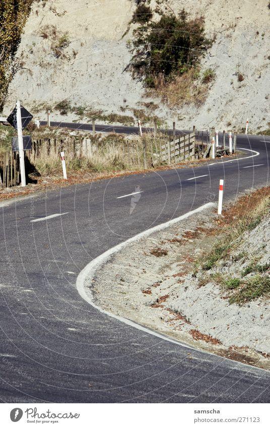 Lass uns cruisen... Natur grün schwarz Umwelt Landschaft Straße Freiheit grau braun Felsen Schilder & Markierungen Verkehr fahren Schönes Wetter Verkehrswege