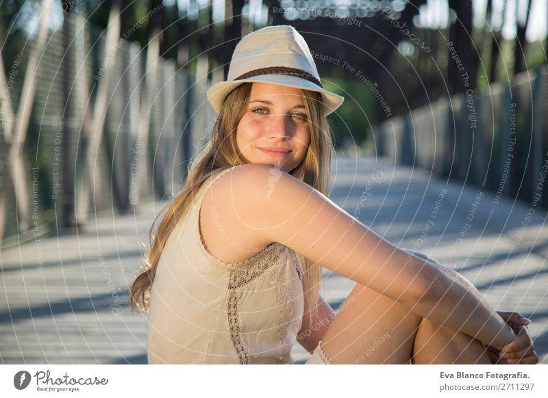 Frau Mensch Natur Sommer schön weiß Landschaft Hand Sonne Erotik Erholung Freude Gesicht Lifestyle Erwachsene Wärme