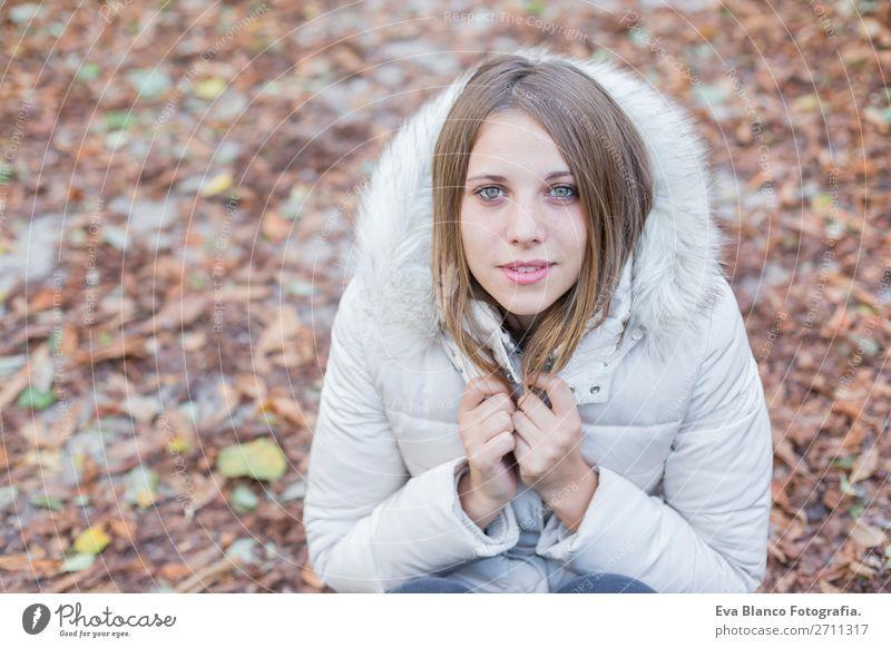 Porträt einer schönen Frau im Winter im Freien Lifestyle Stil Glück Erwachsene Lippen Natur Herbst Wetter Blatt Park Mode Mantel blond Lächeln lachen niedlich