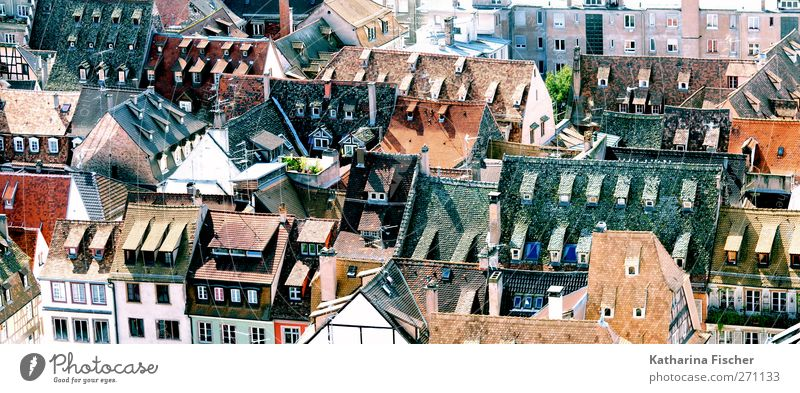 Kleine Welt Kleinstadt Stadt Stadtzentrum bevölkert Haus Einfamilienhaus Hochhaus Gebäude Architektur Fassade Fenster Dach Schornstein blau braun mehrfarbig