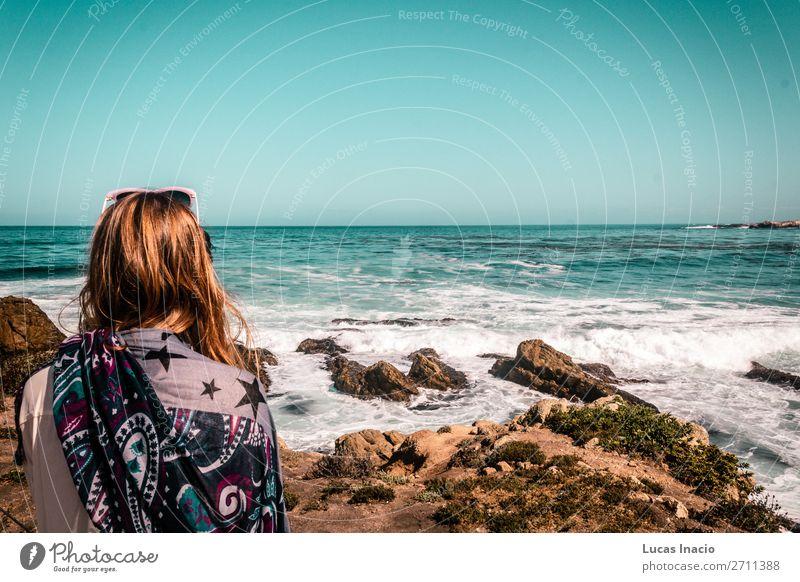 Mädchen, das am Meer an der California Coast starrt. Ferien & Urlaub & Reisen Tourismus Ausflug Abenteuer Sommer Sommerurlaub Strand Wellen Mensch feminin