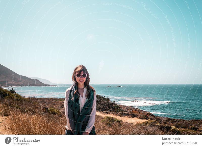 Girl and Oceanview von der California Coast, Vereinigte Staaten von Amerika Ferien & Urlaub & Reisen Tourismus Sommer Strand Meer Berge u. Gebirge Frau