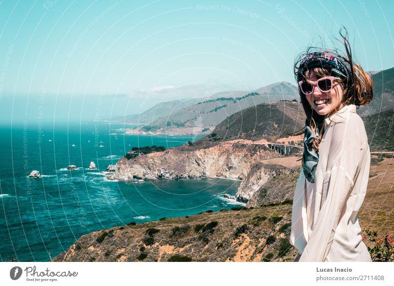 Mädchen in der Nähe der Bixby Bridge an der kalifornischen Küste Ferien & Urlaub & Reisen Tourismus Ausflug Sightseeing Sommer Strand Meer Berge u. Gebirge Frau