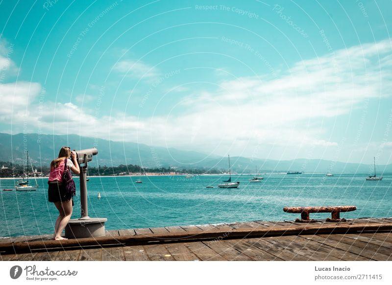 Mädchen, das am Meer an der California Coast starrt. Ferien & Urlaub & Reisen Tourismus Ausflug Sightseeing Sommer Strand Berge u. Gebirge Frau Erwachsene