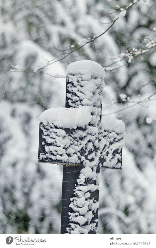 Trauerkreuz im Schnee alt Einsamkeit ruhig Winter kalt Traurigkeit Gefühle Zeit Tod Stein Eis Vergänglichkeit Zeichen Hoffnung