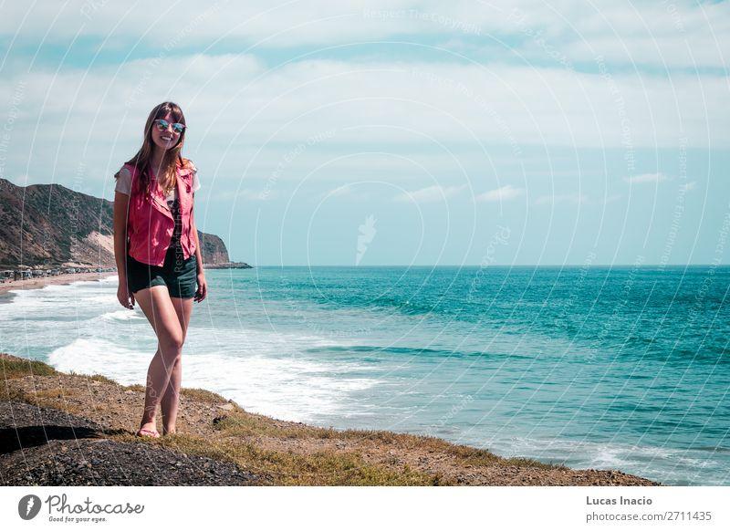 Girl and Oceanview von der California Coast, Vereinigte Staaten von Amerika Ferien & Urlaub & Reisen Tourismus Ausflug Abenteuer Sommer Strand Meer