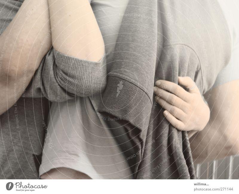 junges paar umarmt sich Mensch Jugendliche Hand Erwachsene Liebe Gefühle grau Paar Junge Frau Zusammensein Arme Junger Mann 18-30 Jahre T-Shirt berühren