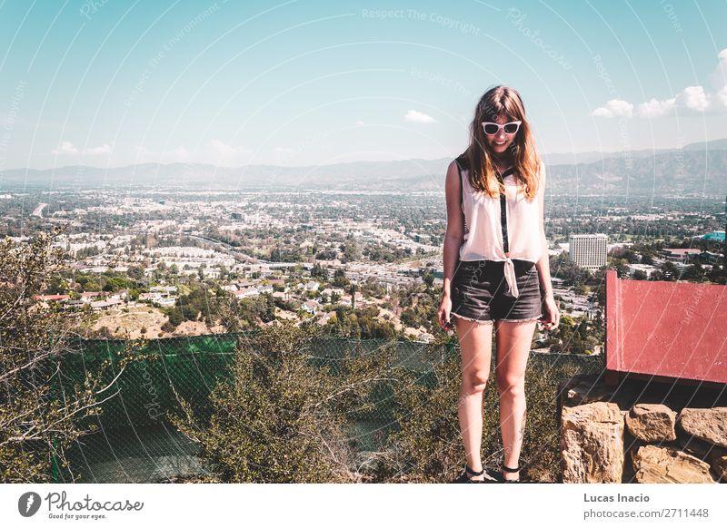 Mädchen in Hollywood Hills mit Panoramablick auf Los Angeles Ferien & Urlaub & Reisen Tourismus Berge u. Gebirge Haus Frau Erwachsene Umwelt Natur Wolken Baum