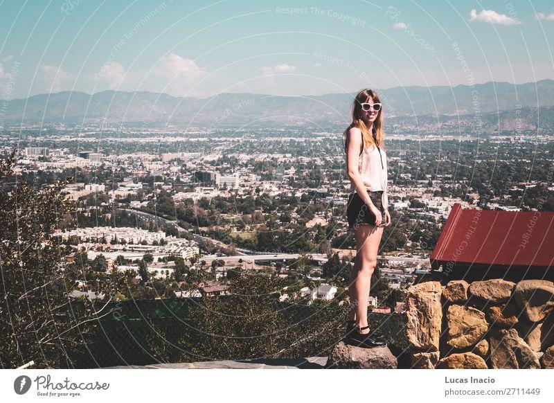 Mädchen in Hollywood Hills mit Panoramablick auf Los Angeles Ferien & Urlaub & Reisen Tourismus Sightseeing Sommer Sommerurlaub Sonne Berge u. Gebirge Haus Frau