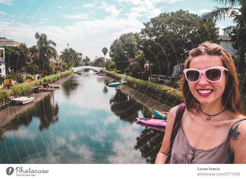 Mädchen an den Venice-Kanälen in Venice Beach, Los Angeles Ferien & Urlaub & Reisen Tourismus Sommer Haus Frau Erwachsene Umwelt Natur Himmel Baum Blatt Fluss