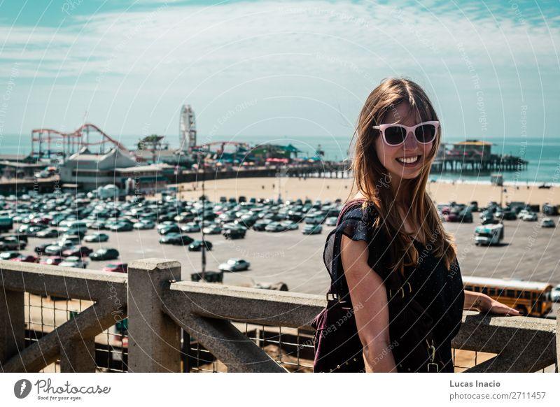 Mädchen in Santa Monica, Kalifornien Ferien & Urlaub & Reisen Tourismus Sommer Frau Erwachsene Umwelt Natur Himmel Wolken Skyline Fahrzeug PKW Sonnenbrille