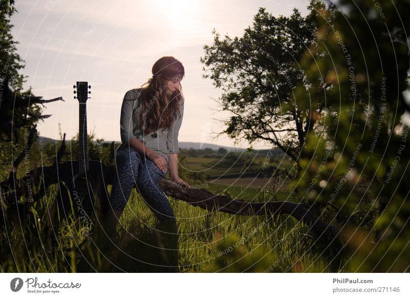 Einen Augenblick Stille Mensch Jugendliche Ferien & Urlaub & Reisen Baum Sommer Erwachsene Landschaft Gras Traurigkeit Denken träumen Musik Junge Frau blond
