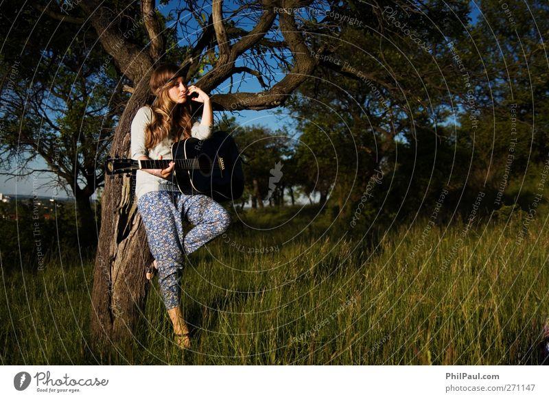 Gitarrenspielerin Freude Junge Frau Jugendliche 1 Mensch Künstler Musik Konzert Open Air Sänger Musiker Natur Landschaft Sommer Baum Gras Sträucher Wiese Wald