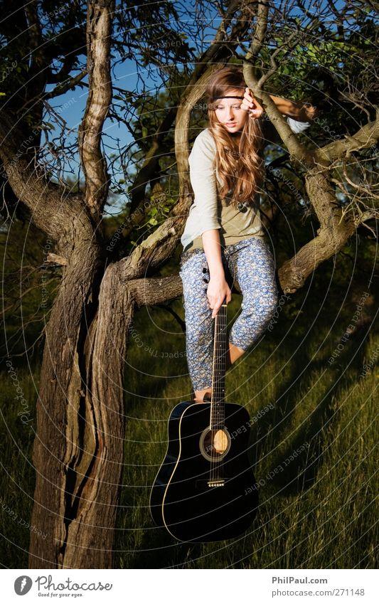 Inspirationslos? Freizeit & Hobby Junge Frau Jugendliche 1 Mensch 18-30 Jahre Erwachsene Künstler Musik Musiker Gitarre Natur Baum Garten Wiese Wald Accessoire