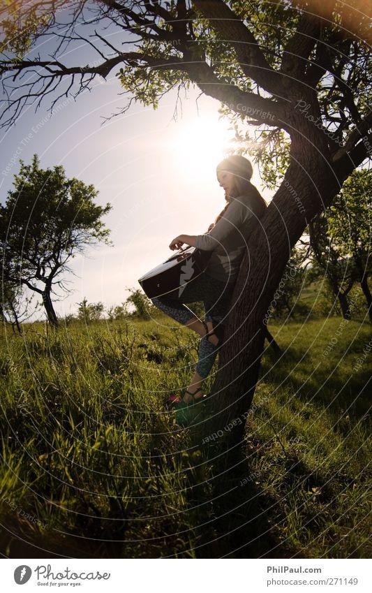 Gitarrenspielerin II Mensch Jugendliche Baum Sonne Freude Erwachsene Landschaft Wiese Gefühle Denken Musik Stimmung Junge Frau Zufriedenheit blond Freizeit & Hobby