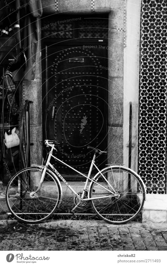 Drahtesel elegant Stil Fahrrad Stadt Altstadt Fußgängerzone Tür Verkehrsmittel Fahrradfahren Bewegung Fitness stehen alt ästhetisch authentisch einfach trendy