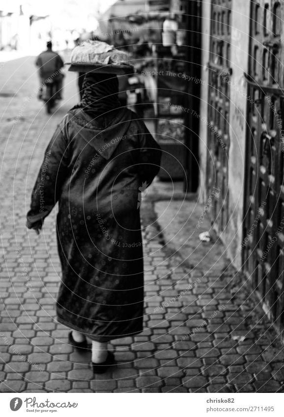 Kopftransport kaufen Stil Frau Erwachsene 1 Mensch Stadt Altstadt Mantel Kaftan Kopftuch laufen tragen außergewöhnlich feminin Kraft Tatkraft Leidenschaft