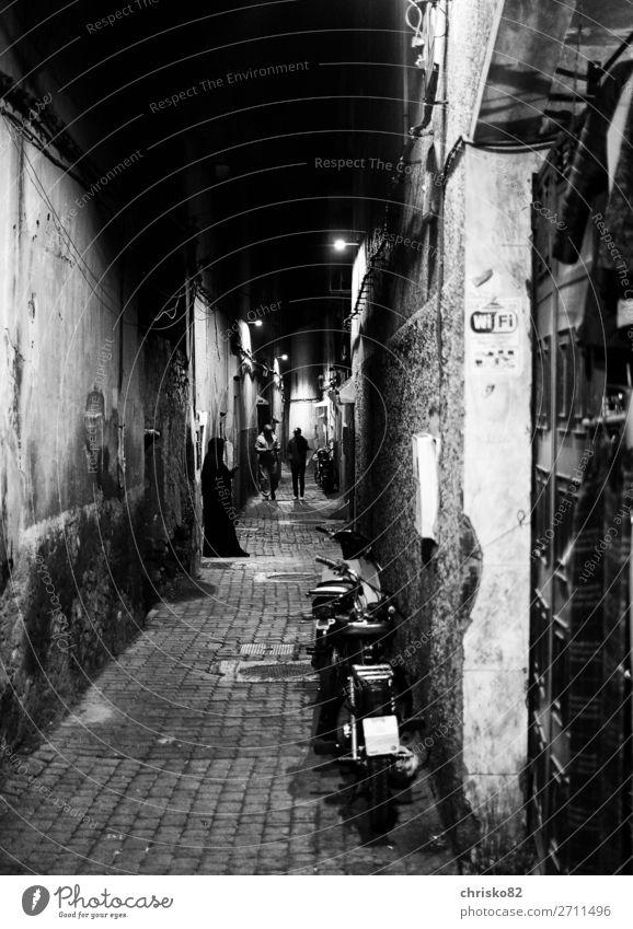 Gassentreiben Mensch maskulin feminin Frau Erwachsene Mann 3 Stadt Altstadt Burka Kopftuch gehen stehen warten dunkel gruselig historisch Glaube