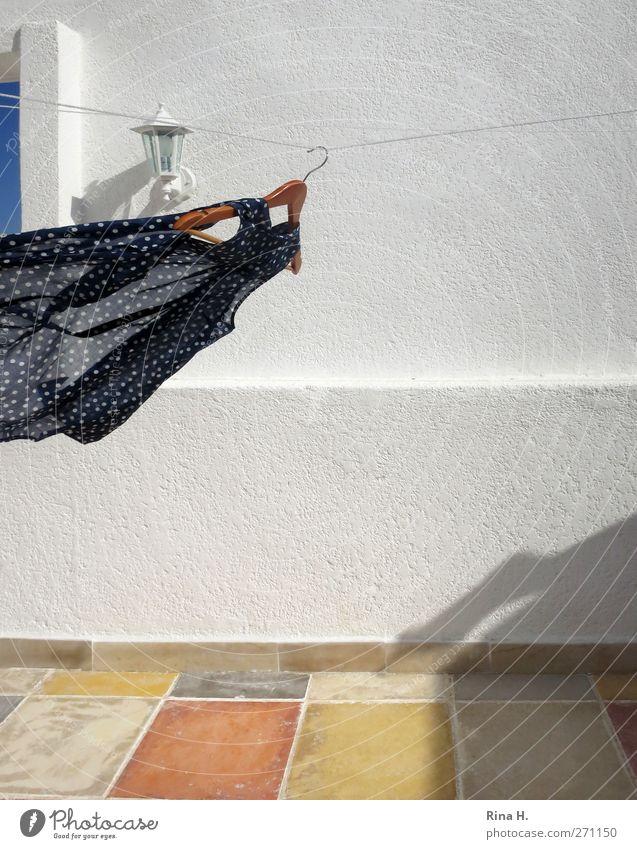 huiiii..... Sommer Mauer Wand Terrasse Bekleidung Bluse fliegen Fröhlichkeit trocken blau gelb weiß Bewegung Geschwindigkeit Wäscheleine Kleiderbügel
