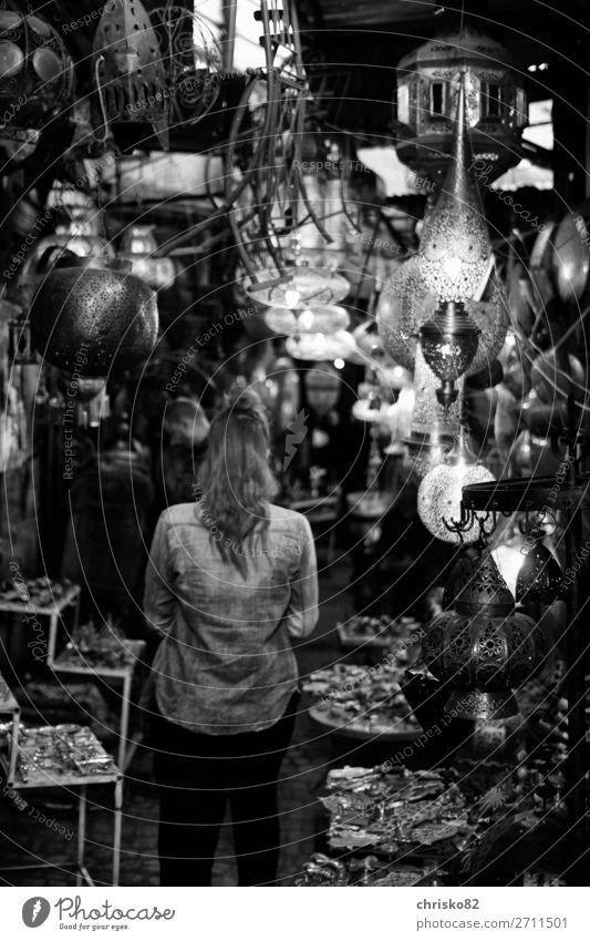 Frau im Lampenladen kaufen Stil Design Freude Geld sparen Tourismus Sightseeing Städtereise Innenarchitektur Dekoration & Verzierung feminin Erwachsene 1 Mensch