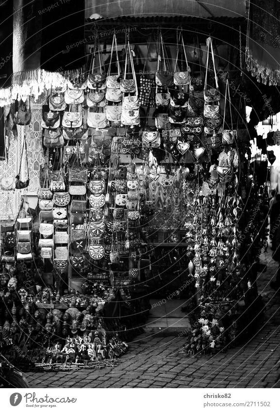 Souvenirshop in den Souks von Marrakesch Handarbeit Tourismus Städtereise Stadt Altstadt Fußgängerzone Menschenleer Dekoration & Verzierung Kitsch Krimskrams