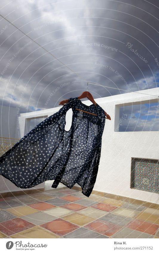 huiiii .... [ II] Himmel Wolken Sommer Wind Mauer Wand Fassade Terrasse Fenster Bluse blau gelb orange weiß Bewegung Surrealismus Dachterrasse Kleiderbügel