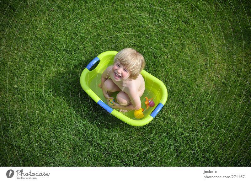 Die Wanne ist voll maskulin Kind Junge 1 Mensch 1-3 Jahre Kleinkind Natur Gras schreien blond frech grün Begeisterung Kindheit Badewanne Garten Farbfoto