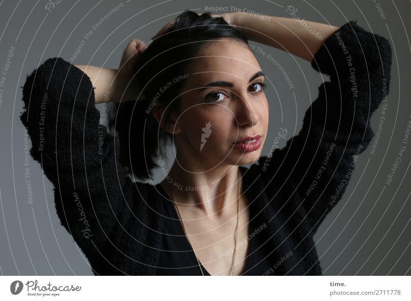 GizzyLovett feminin Frau Erwachsene 1 Mensch Hemd Schmuck schwarzhaarig langhaarig beobachten festhalten Blick schön selbstbewußt gewissenhaft geduldig Ausdauer