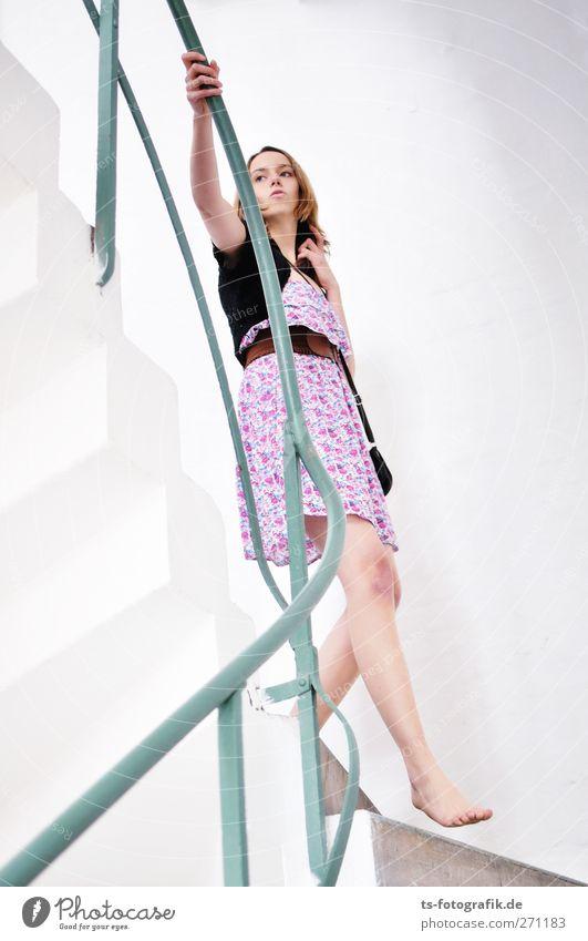 Abschied im Zorn Mensch feminin Junge Frau Jugendliche Erwachsene Körper Barfuß 1 18-30 Jahre Mauer Wand Treppe Treppengeländer Treppenhaus Rock Kleid