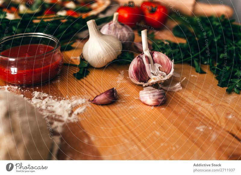Anordnung von Zutaten und Teig für leckere Pizza kochen & garen rustikal Italienisch Tradition Feinschmecker Hintergrundbild Vorbereitung Küche Ernährung