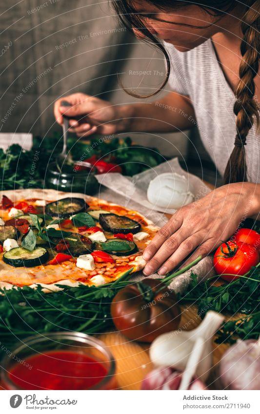 Getreidefrau bereitet Pizza zu Frau kochen & garen sortieren Gemüse Italienisch Küche Mahlzeit vorbereitend Saucen gebastelt Essen zubereiten Vorbereitung