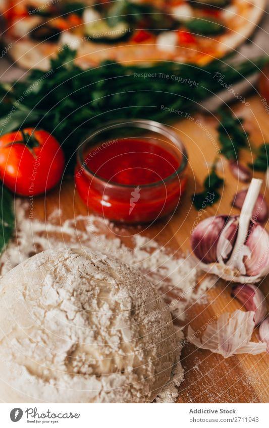 Teig für leckere Pizza Teigwaren kochen & garen Zutaten Vorbereitung Bäckerei Essen zubereiten rollierend roh gebastelt Lebensmittel Mehl rustikal Tradition