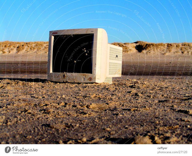 Ausgemustert alt Strand Computer Sand Müll obskur Bildschirm elektronisch Schrott Informationstechnologie