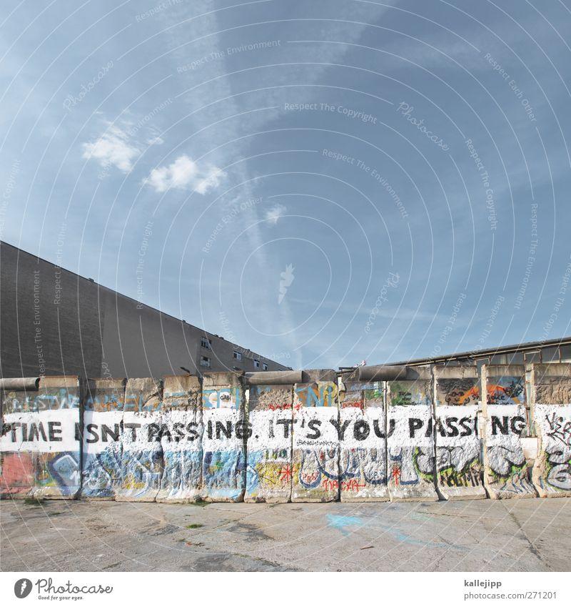 times new roman sans Stadt Himmel (Jenseits) Wand Graffiti Berlin Mauer Uhr Schriftzeichen Vergangenheit Futurismus Wolkenloser Himmel Hauptstadt Sehenswürdigkeit Sightseeing Europa Straßenkunst