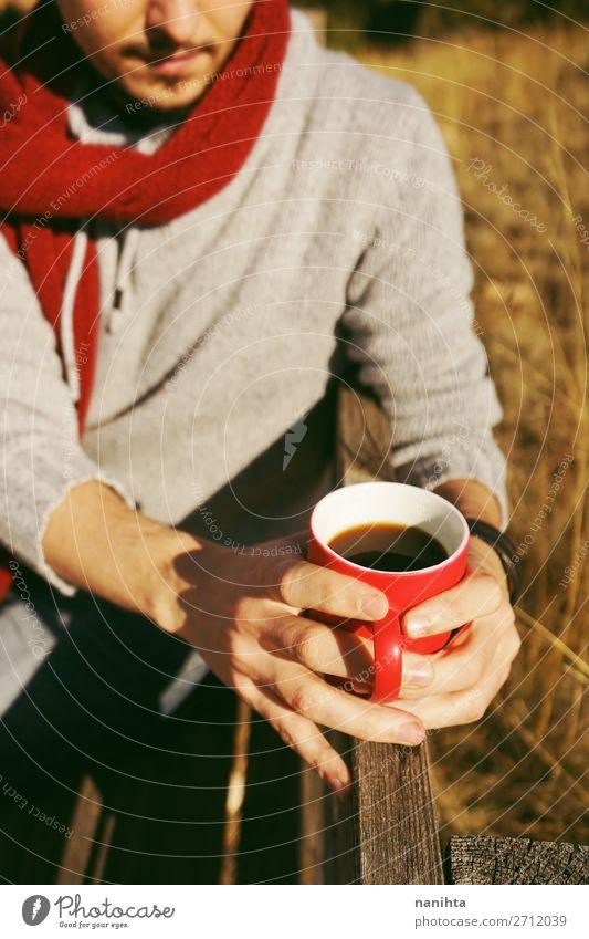 Eine Person, die eine Tasse Kaffee oder lösliches Getreide hält. Ernährung Frühstück Bioprodukte Getränk trinken Heißgetränk Kakao Tee Lifestyle