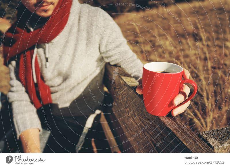 Eine Person, die eine Tasse Kaffee oder lösliches Getreide hält. Ernährung Frühstück Bioprodukte Getränk Heißgetränk Kakao Tee Lifestyle Gesundheitswesen