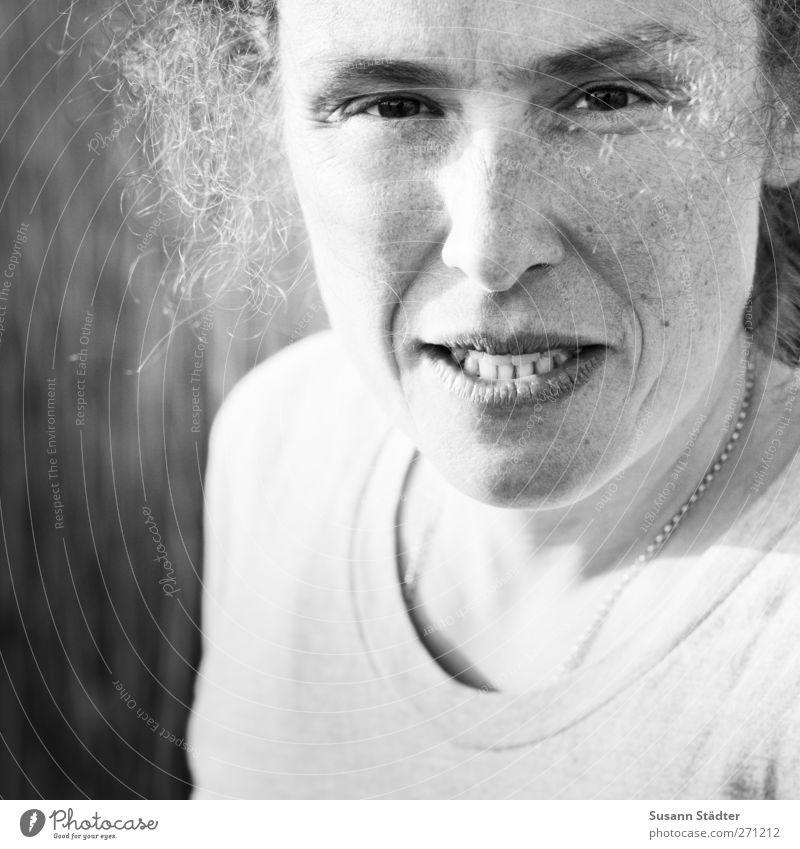 Hiddensee | kemai feminin Kopf Haare & Frisuren 1 Mensch T-Shirt Accessoire blond Locken bedrohlich schön einzigartig natürlich rebellisch Halskette