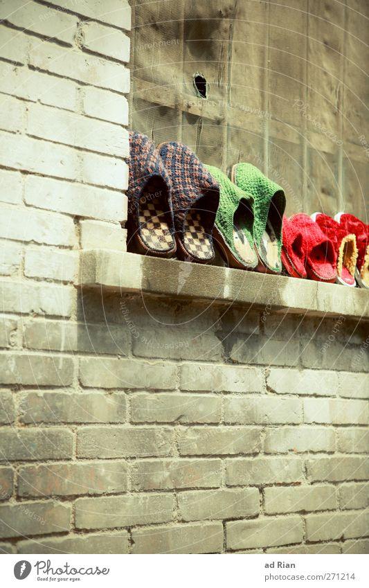 geordnet II Haus Fabrik Burg oder Schloss Ruine Architektur Mauer Wand Backsteinwand Backsteinfassade Schuhe Flipflops Hausschuhe mehrfarbig Ordnung Farbfoto