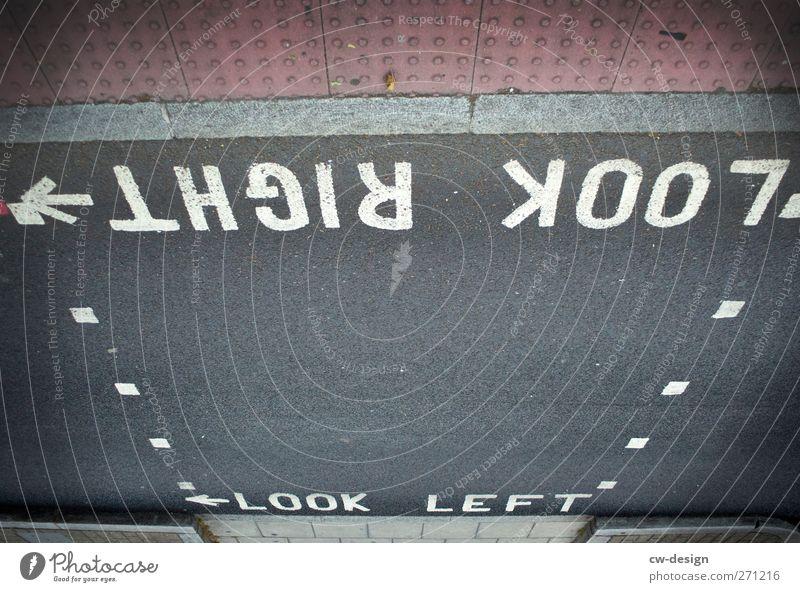 Ich stehe am Fahrdamm.. weiß Stadt Straße Architektur Wege & Pfade grau Schilder & Markierungen Verkehr Schriftzeichen Hinweisschild Kommunizieren Pfeil