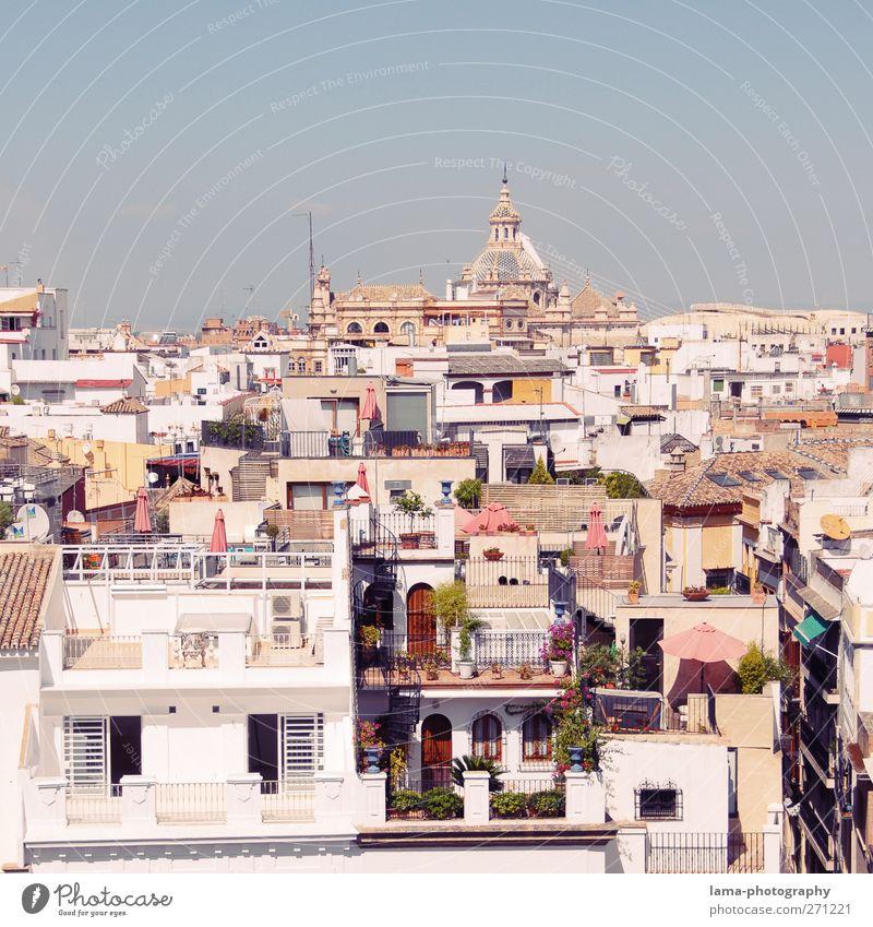 Sevilla [XLV] Andalusien Spanien Stadt Hauptstadt Stadtzentrum Altstadt überbevölkert Haus Gebäude Architektur Balkon Terrasse Dach weiß mediterran Farbfoto