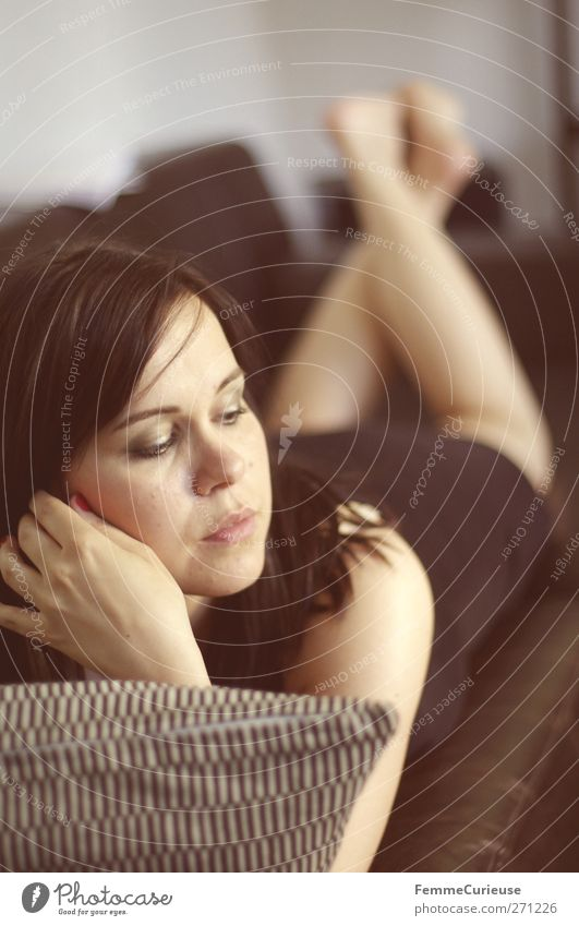 Siesta. Mensch Frau Jugendliche schön Sommer ruhig Erwachsene Erholung feminin Wärme Stil braun Junge Frau Zufriedenheit Wohnung elegant