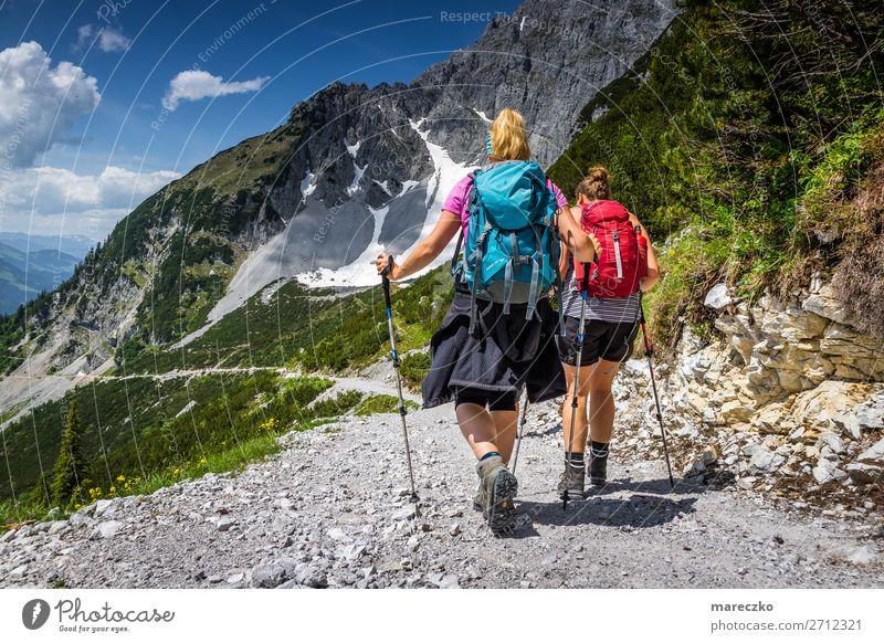 Zwei Frauen mit Wanderausrüstung Fitness Freizeit & Hobby Tourismus Ausflug Abenteuer Sommer Sommerurlaub Berge u. Gebirge wandern Sport-Training Natur