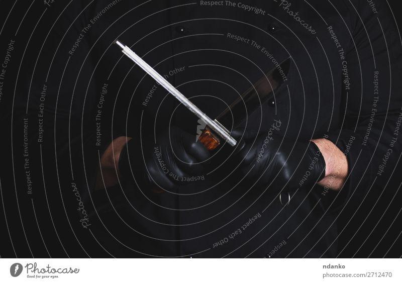 Koch in schwarzen Latexhandschuhen schärft ein Messer Küche Restaurant Beruf Mensch Mann Erwachsene Hand Handschuhe Stahl dunkel Instrument Klinge Holzplatte