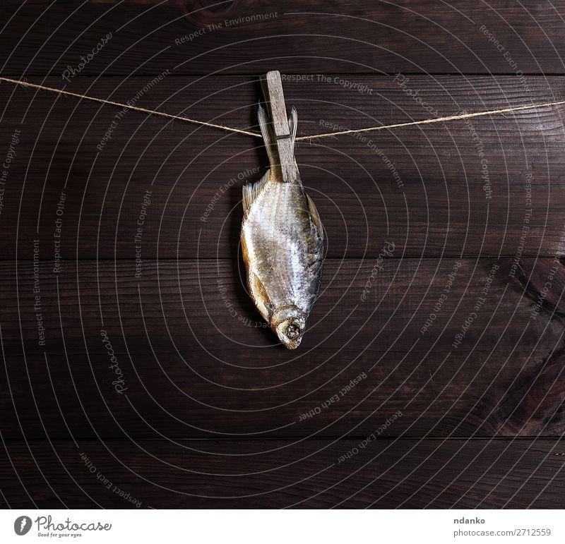gesalzene Fischkarausche, die an einem Seil hängt. Meeresfrüchte Natur Tier Holz hängen frisch Salz Lebensmittel Hintergrund erhängen Mahlzeit Fischen roh