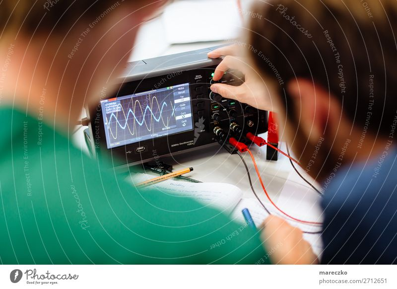 Oszilloskop Messungen Schule Technik & Technologie Zukunft lernen beobachten Industrie Bildung Student Konzentration Wissenschaften Fortschritt messen forschen