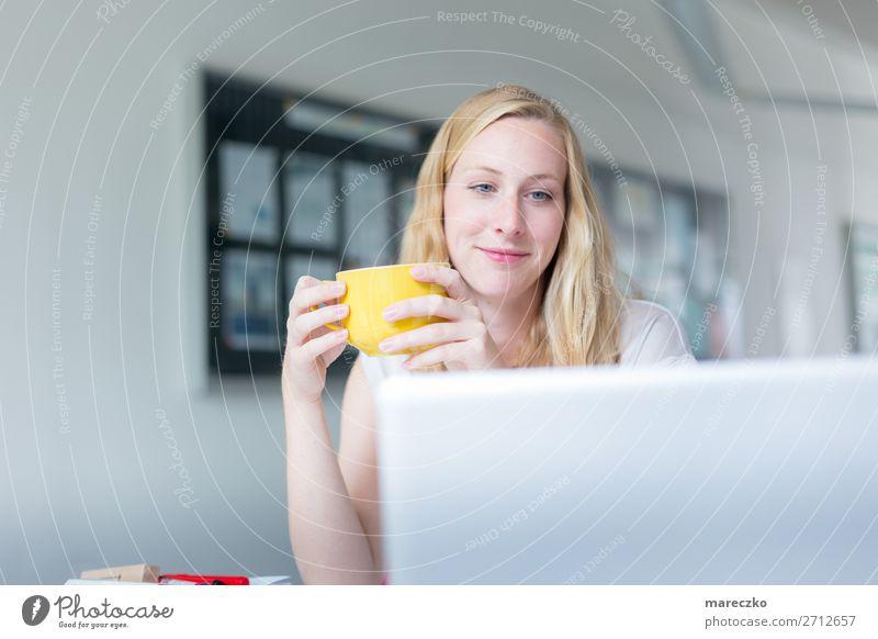 Studentin macht eine Lernpause trinken Heißgetränk Kaffee Latte Macchiato Tee Tasse Becher Freude Glück Gesundheit Wohlgefühl Zufriedenheit Erholung ruhig