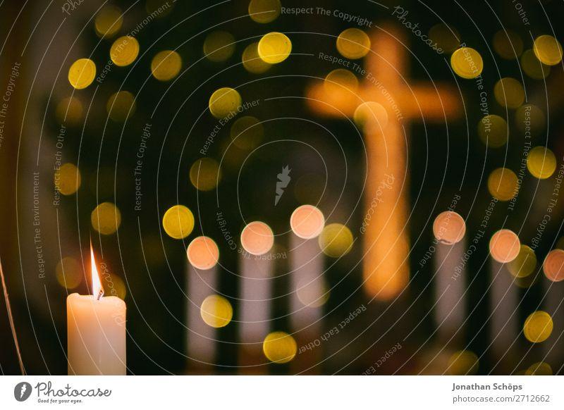 leuchtendes Kreuz mit Kerzen und Weihnachtsbaum Weihnachten & Advent Zeichen Hoffnung Tradition Altar Hintergrundbild Symbole & Metaphern Christentum