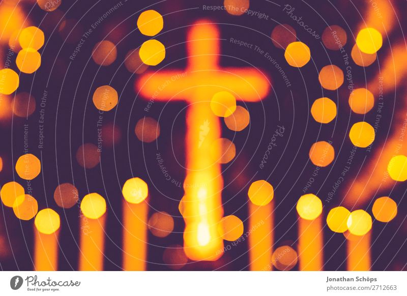 leuchtendes Kreuz mit Kerzen und Weihnachtsbaum als Alter Bokeh Weihnachten & Advent Hintergrundbild gelb retro Zeichen Hoffnung Symbole & Metaphern Tradition